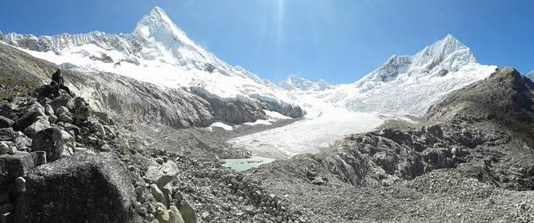 Artesonraju (6025 m), Parón (5600 m) y Pirámide (5885 m)